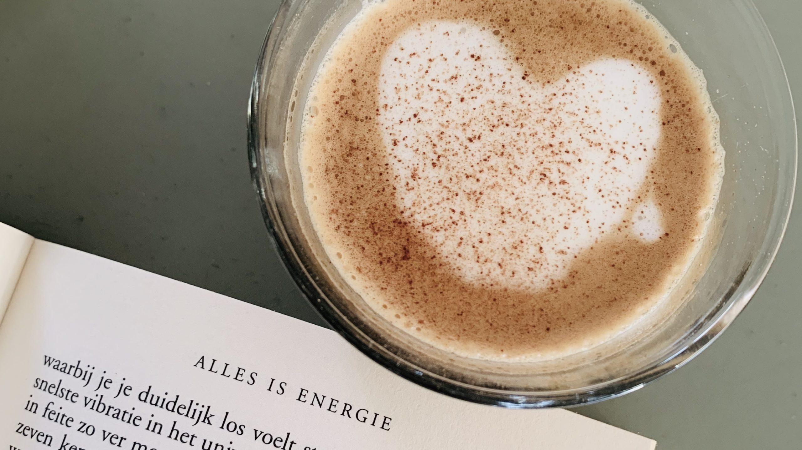 Koffie en een goed boek! Heerlijk begin van de dag! Alleen welk boek?